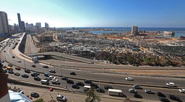 Puing-puing bangunan terlihat di Pelabuhan Beirut, Lebanon (17/8/2020). Kerugian yang dialami Lebanon pascaledakan di Beirut meningkat saat Perserikatan Bangsa-Bangsa (PBB) dan mitranya melanjutkan penilaian mereka. (Xinhua/Bilal Jawich)