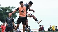 M. Rafli berduel dengan Nurdiansyah dalam sesi latihan Arema FC. (Bola.com/Iwan Setiawan)