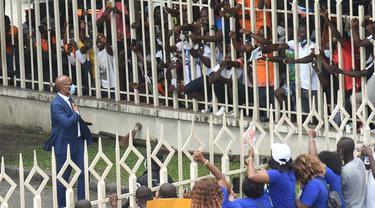 Legenda Chelsea, Didier Drogba, menyapa pendukungnya saat akan mengajukan pencalonannya untuk menjadi presiden federasi sepakbola Pantai Gading di Abidjan, Minggu (2/8/2020). Pria berusia 42 tahun itu akan bersaing dengan empat calon lainnya. (AFP/Sia Kambou)