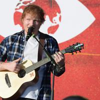 Penyanyi terkenal Ed Sheeran lahir dari orangtua yang memiliki usaha sukses. Sang ayah, John, adalah seorang curator seni dan dosen, sementara sang ibu, Imogen, adalah seorang pembuat perhiasan. (AFP/Bintang.com)