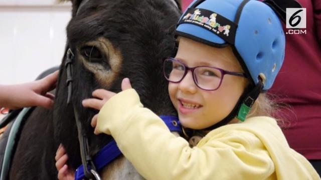 Amber yang tak bisa bicara sejak lahir tiba-tiba membisikkan kalimat pertamanya pada keledai yang selalu mendampinginya.