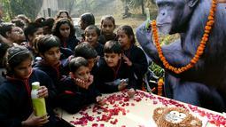 Anak-anak sekolah India merayakan ulang tahun simpanse bernama Rita yang berusia 58 tahun di sebuah kebun binatang di New Delhi (14/12). Anak-anak sekoalah di India merayakan ulang tahun tertua di India. (AFP Photo/Money Sharma)