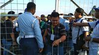 Petugas Lanud Hasanuddin Makassar tengah melakukan verifikasi tim penanggulangan bencana di Palu yang akan berangkat menggunakan pesawat Hercules di Bandara Udara Sultan Hasanuddin Makassar, Minggu, 30/9. (KabarMakassar.com/Saleh Sibali)