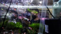Penjual ikan hias melayani pembeli di Sentra Ikan Hias, Dinas Kelautan, Pertanian dan Ketahanan Pangan DKI Jakarta, Senin (9/8/2021). Selama masa pandemi Covid-19 pendapatan para penjual ikan hias mengalami penurunan yang cukup signifikan. kerumunan. (Liputan6.com/Johan Tallo)