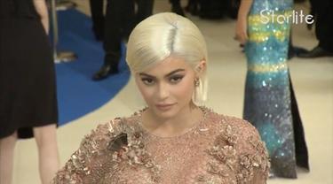 Siapa sajakah selebriti Hollywood yang tampil maksimal dengan gaun haute couture mereka di Met Gala 2017? Saksikan hanya di Starlite!