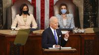 Presiden Joe Biden berpidato didampingi Wakil Presiden Kamala Harris dan Ketua DPR Nancy Pelosi di Kongres, US Capitol, Washington, Amerika Serikat, Rabu (28/4/2021). Joe Biden menetapkan arah untuk agenda lain dalam beberapa bulan mendatang. (Doug Mills/The New York Times via AP, Pool)