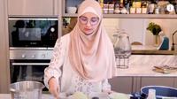 Shireen Sungkar sedang mempraktikan hidangan mewah selama di rumah aja (Dok.YouTube/The Sungkars Family)