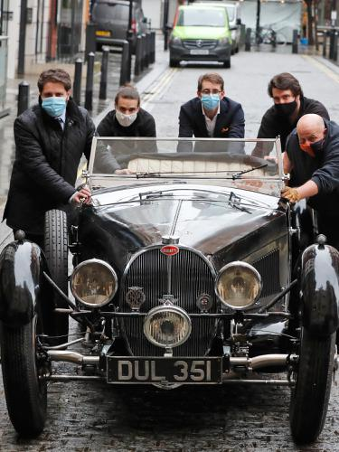 Mobil Klasik Bugatti Type 57S Vertikal