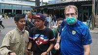 Bobotoh menyambut rombongan Persib Bandung yang dilatih Robert Rene Alberts setibanya di Bandara Husein Sastranegara Bandung. (Liputan6.com/Huyogo Simbolon)