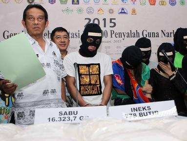 Sejumlah tersangka diamankan Badan Nasional Narkotika (BNN) saat saat rilis penangkapan 16,4 kg Shabu dan 778 butir Pil inex di gedung Badan Nasional Narkotika (BNN), Jakarta, Jumat (22/5/2015). (Liputan6.com/Helmi Afandi)