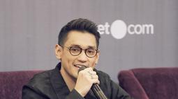 Dengan menyilangkan kaki, Afgan terlihat begitu enjoy saat Press Conference konser Dekade. Rencananya, konser Dekade akan memanjakan fans Afgan, dengan23 lagu yang akan di bawakan. Afgan berjanji juga akan bawakan lagu lawas seperti Sadis (KapanLagi.com/Nurwahyunan)