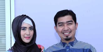 Mengisi liburan menjelang akhir tahun banyak hal yang bisa dilakukan. Ustaz Soleh Mahmud Nasution alias Solmed bersama istrinya, April Jasmine mengisi libur penghabisan tahunnya dengan ke Mekkah. (Nurwahyunan/Bintang.com)