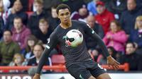 Bek Liverpool, Trent Alexander-Arnold, mengontrol bola saat melawan Sheffield United pada laga Premier League di Stadion Bramall Lane, Sabtu (28/9). Liverpool menang 1-0 atas Sheffield United. (AP/Rui Vieira)