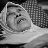 """""""Iya emang tiduran saja. Kalau duduk muntah-muntah. Makan, minum, salat diurusin. Jadi mesti ada orang yang ngurusin. Lala ini, anak yang keenam,"""" ujar Aminah dengan suara lemah saat disambangi Bintang.com belum lama ini. (Adrian Putra/Bintang.com)"""