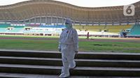Petugas medis berjalan di Stadion Patriot Chandrabhaga, Bekasi, Jawa Barat, Rabu (9/9/2020). Pemerintah Kota Bekasi menyiapkan ruang isolasi tambahan dengan fasilitas oksigen dan 55 tempat tidur untuk pasien Covid-19 di Stadion Patriot Chandrabhaga. (Liputan6.com/Herman Zakharia)