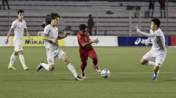 Bek Timnas Indonesia U-22, Asnawi Mangkualam, menggiring bola saat melawan Vietnam U-22 pada laga final SEA Games 2019 di Stadion Rizal Memorial, Manila, Selasa (10/12). Indonesia kalah 0-3 dari Vietnam. (Bola.com/M Iqbal Ichsan)