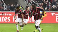 Frank Kessie merayakan gol nya lewat tendangan penalti ke gawang Parma dalam laga lanjutan giornata ke-14 Serie A yang berlangsung di stadion San Siro, Milan, Minggu (2/12). AC Milan menang 2-1. (AFP/Miguel Medina)