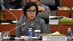 Menkeu Sri Mulyani Indrawati mengaku tidak gembira dengan pencapaian APBN 2015, termasuk opini Wajar Dengan Pengecualian (WDP) di Laporan Keuangan Pemerintah Pusat (LKPP) 2015 saat Raker dengan Banggar DPR, Jakarta,Kamis (25/8). (Liputan6.com/Johan Tallo)