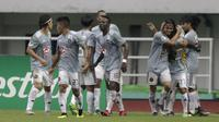 Pemain Kaya FC-Iloilo merayakan gol yang dicetak oleh Marwin Angeles ke gawang PSM Makasar pada laga AFC Cup 2019 di Stadion Pakansari, Bogor, Selasa (2/4). Kedua tim bermain imbang 1-1. (Bola.com/Yoppy Renato)
