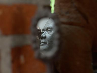 Ibnu Nurwanto menyelesaikan pembuatan patung wajah Menteri Pertahanan Prabowo Subianto di Pangon Art, Pondok Kemri, Gunung Sindur, Bogor, Jawa Barat, Senin (9/11/2020). Ibnu mengabadikan lewat karya seni patung 3 dimensi tokoh-tokoh nasional yang menurutnya fenomenal. (merdeka.com/Dwi Narwoko)