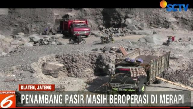 Puluhan truk pasir juga masih lalu-lalang di salah satu sungai yang menjadi jalur lahar merapi ini.