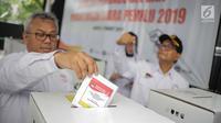 Ketua KPU Arief Budiman memasukkan surat suara saat simulasi pemungutan dan penghitungan suara Pemilu 2019 di halaman Gedung KPU, Jakarta, Selasa (12/3).  Simulasi untuk merepresentasikan pemungutan suara seperti di TPS. (Liputan6.com/Faizal Fanani)