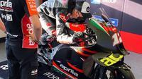Maverick Vinales mencoba posisi mengendarai motor Aprilia RS-GP di Sirkuit Misano, San Marino. (Istimewa)