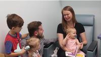Reaksi ibu melihat putrinya bisa mendengar pertama kali (Foto: Youtube/Cook Children's Health Care System)