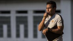 Pelatih Timnas Indonesia, Bima Sakti, memberikan instruksi saat latihan di Stadion Wibawa Mukti, Jawa Barat, Senin (10/9/2018). Latihan ini persiapan jelang laga uji coba melawan Mauritius. (Bola.com/Vitalis Trisna)