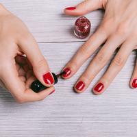 Kuteks atau cat kuku merah (iStockphoto)