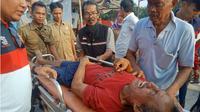 Asep Tahyar (55 ) pria setengah baya di Dusun Sukamaju  Rt 02/09 Desa Cikampek Timur, Kecamatan Cikampek, Karawang, akhirnya dievakuasi untuk pemeriksaan medis di RS Helsa Cikampek. (Liputan6.com/Abramena)
