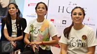 Aktris Wulan Guritno (kanan) bersama tim produser Amanda Soekasah (tengah) dan Janna Soekasah menyampaikan keterangan pers jelang konser donasi 'I am Hope' di TIM, Jakarta, Kamis (4/2/2016). (Liputan6.com/Immanuel Antonius)