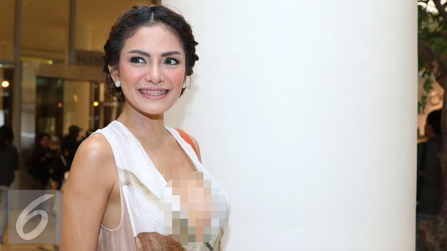 bae560e6c Nikita Mirzani tampil berani tanpa mengenakan bra dan celana dalam sebuah  acara fashion show di Senayan City, Jakarta, Jumat (15/4/2016).
