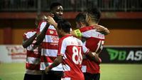 Striker anyar Madura United, Mamadou Samassa, mencetak gol perdana bersama timnya pada laga melawan Sriwijaya FC, di Stadion H. Agus Salim, Padang, Sabtu (11/8/2018). (Bola.com/Aditya Wany)