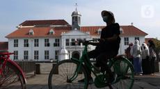 Warga menggunakan sepeda wisata di kawasan Kota Tua Jakarta, Kamis (29/10/2020). Libur panjang di masa pemberlakuan PSBB transisi Jakarta dimanfaatkan warga untuk mengunjungi lokasi-lokasi wiisata. (Liputan6.com/Helmi Fithriansyah)