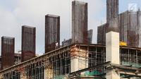 Pekerja menyelesaikan konstruksi baja untuk bangunan bertingkat di Jakarta, Jumat (5/4). Kementerian Perindustrian menargetkan produksi baja nasional mencapai 17 juta ton pada 2019. (Liputan6.com/Immanuel Antonius)