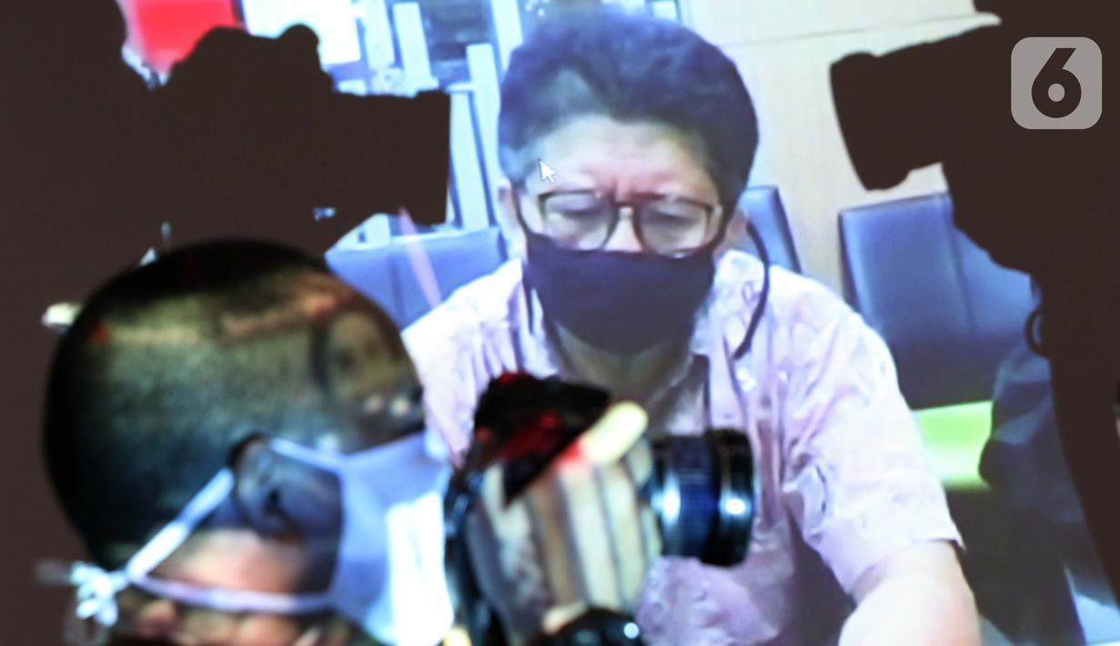 Layar monitor menampilkan terdakwa suap pengurusan restitusi pajak PT WAE tahun 2015-2016, Hadi Sutrisno saat menjalani sidang pembacaan putusan secara daring di Gedung KPK, Jakarta, Senin (6/7/2020). Hadi Sutrisno dihukum tiga tahun penjara denda Rp 200 juta. (Liputan6.com/Helmi Fithriansyah)