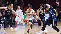 Pebasket putra Indonesia, Abraham Damar Grahita (kanan) mencoba menembus kawalan pemain Korea pada babak penyisihan Grup A Basket Putra Asian Games 2018 di Jakarta, Selasa (14/8). Indonesia kalah 65-104. (Liputan6.com/Helmi Fithriansyah)