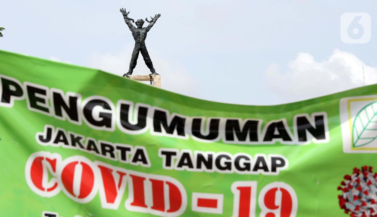 Spanduk pengumuman terpasang di pintu masuk kawasan Taman Lapangan Banteng, Jakarta, Selasa (24/3/2020). Pemerintah Provinsi DKI Jakarta menutup semua Ruang Terbuka Hijau terhitung sejak 14 Maret 2020 sebagai antisipasi merebaknya virus Corona Covid-19. (Liputan6.com/Helmi Fithriansyah)