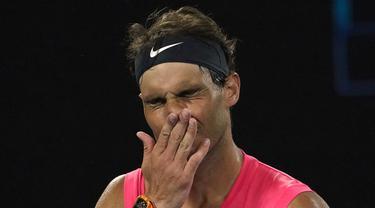 Petenis Spanyol, Rafael Nadal bereaksi setelah kehilangan satu poin atas Dominic Thiem dari Austria pada perempat final Australia Terbuka di Melbourne, Australia, Rabu (29/1/2020). Unggulan pertama tunggal putra ini harus mengakhiri mimpi menjuarai Australia Terbuka 2020. (AP Photo/Lee Jin-man)