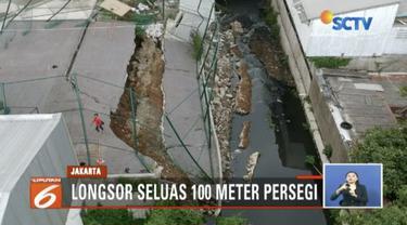 Tanah di area Apartemen Vittoria, Rawa Buaya, Jakarta Barat, longsor hingga membuat saluran air tertutup.