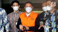 Mantan Dirut PT Pelindo II (Persero) Richard Joost Lino mengenakan rompi tahanan usai diperiksa di gedung KPK, Jakarta, Jumat (26/3/2021). RJ Lino ditetapkan sebagai tersangka pada Desember 2015 lalu dalam dugaan korupsi pengadaan tiga unit Quay Container Crane. (Liputan6.com/Helmi Fithriansyah)