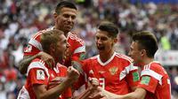 Gelandang Rusia, Yuri Gazinskiy, merayakan gol ke gawang Arab Saudi pada laga Grup A Piala Dunia di Stadion Luzhniki, Moskow, Kamis (15/6/2018). Dirinya merupakan pencetak gol perdana pada Piala Dunia 2018. (AFP/Alexander Nemenov)