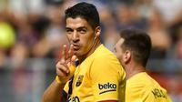 Striker Barcelona, Luis Suarez, melakukan selebrasi usai membobol gawang Eibar pada laga La Liga 2019 di Stadion Ipurua, Sabtu (19/10). Barcelona menang 3-0 atas Eibar. (AP/Alvaro Barrientos)