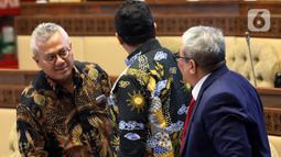 Ketua KPU Arief Budiman (kiri) berbincang sebelum mengikuti rapat kerja dengan Komisi II DPR di Kompleks Parlemen Senayan, Jakarta, Selasa (14/1/2020). Rapat tersebut membahas Pilkada Serentak 2020 hingga kasus OTT yang menjerat Komisioner KPU Wahyu Setiawan. (Liputan6.com/Johan Tallo)