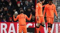 Striker Liverpool Mohamed Salah (kiri) merayakan gol ke gawang Southampton pada laga Premier League di St Mary's, Southampton, Minggu (11/2/2018). (AFP/Adrian Dennis)