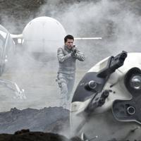 Tom Cruise dalam film Oblivion. Foto: IMDb