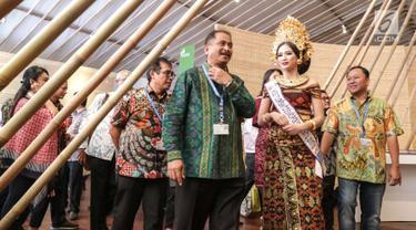 Menteri Pariwisata Arief Yahya (kiri) meninjau Paviliun Indonesia dalam rangka pertemuan tahunan IMF-Bank Dunia 2018 di Bali, Kamis (10/11). Arief berharap pameran ini dapat menarik minat untuk menyelenggarakan acara di Bali. (Liputan6.com/Angga Yuniar)