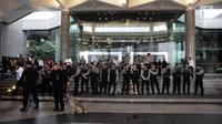 Petugas kepolisian mengerahkan anjing pelacak untuk berjaga di sekitar lokasi Gedung BEI, Jakarta, Senin (15/1). Seluruh pegawai diminta keluar dari gedung BEI pascainsiden tersebut. (Liputan6.com/Arya Manggala)