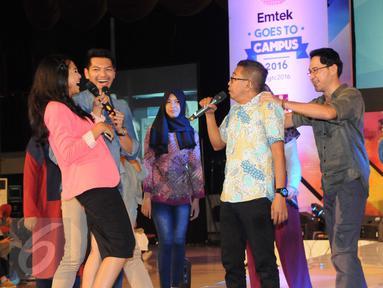 Pemain Para Pencari Tuhan (PPT),  Agus Kuncoro dan Jarwo Kwat beradu akting dengan peserta EGTC 2016  di Yogyakarta, Kamis (3/11). EGTC 2016 diramaikan oleh tokoh dan artis untuk memperkenalkan cara berakting di sebuah film. (Liputan6.com/Helmi Affandi)